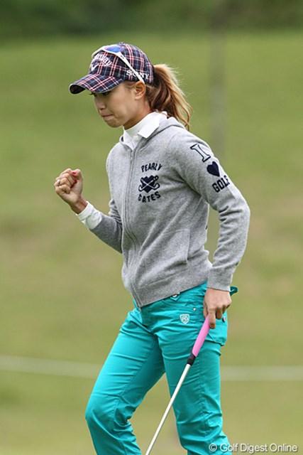 2010年 ミヤギテレビ杯ダンロップ女子オープンゴルフトーナメント2日目 上田桃子 渾身のガッツポーズ、追い上げに期待です。