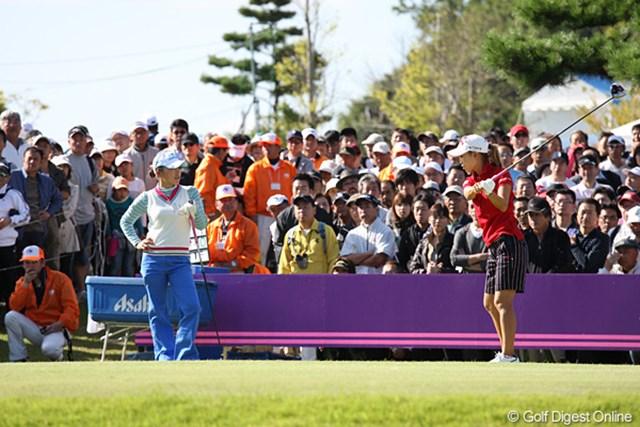 2010年 ミヤギテレビ杯ダンロップ女子オープンゴルフトーナメント最終日 有村智恵 上田桃子 智恵ちゃんと桃ちゃんのスタートする前です。この組にたくさんのギャラリーが追ってました