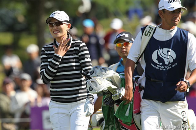 2010年 ミヤギテレビ杯ダンロップ女子オープンゴルフトーナメント最終日 イム・ウナ 笑顔で最終グリーに向かってます