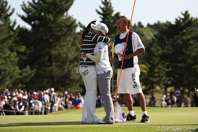 2010年 ミヤギテレビ杯ダンロップ女子オープンゴルフトーナメント最終日 イム・ウナ イ・ナリ 健闘をたたえあうウナちゃんとナリちゃん。上位3人が韓国勢でした