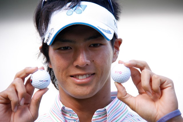 2010年 アジアパシフィックオープンゴルフチャンピオンシップパナソニックオープン最終日 石川遼 新しくなったロゴ入りボールをお披露目する石川遼
