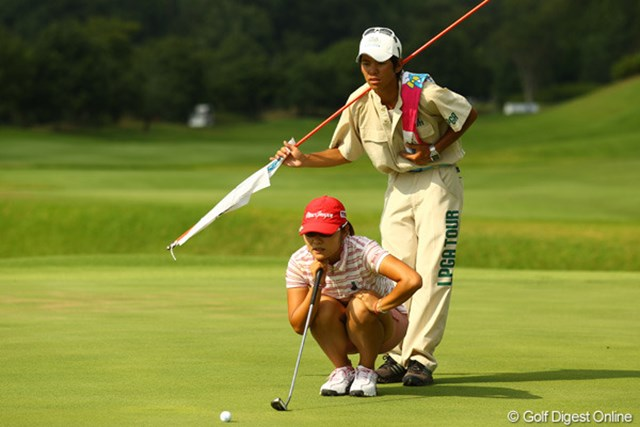 2010年 日本女子プロゴルフ選手権大会コニカミノルタ杯 最終日 藤田幸希 藤田幸希独特のライン読みスタイル。体が柔らかいからこそできるポーズです