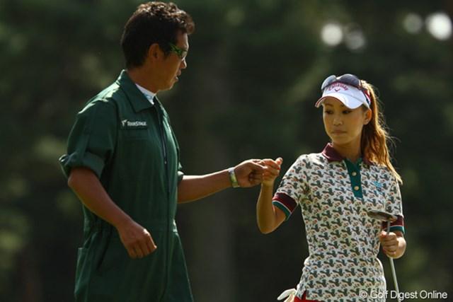 2010年 日本女子オープンゴルフ選手権競技最終日 上田桃子 2番でバーディを奪ってグータッチ。前半は快調にバーディを重ねた上田桃子だったが・・・