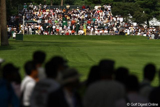 上田桃子選手がスタートする頃には、ティグラウンドからグリーンサイドまで、多くのギャラリーが取り囲んでいました。