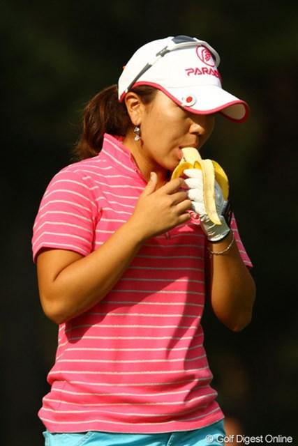 モグモグ・・・バナナで栄養補給。おいちぃ。