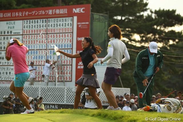 優勝が決まった瞬間、中山三奈と森田理香子がウォーターシャワーで祝福です。