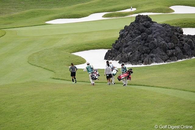 8番のグリーン手前に溶岩の山が、選手も大変そうです。