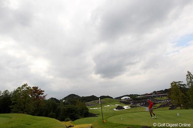 天気は雲が多いですが、コースにスケールの大きさを感じさせます。