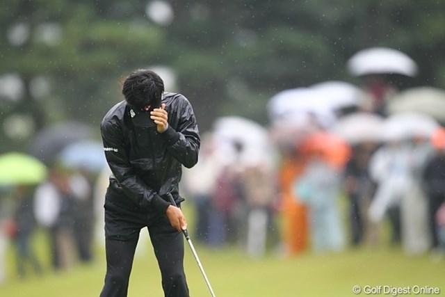 2010年 キヤノンオープン3日目 石川遼 頭が動かないように入念に何度もグリーン上でチェックしていた遼君。