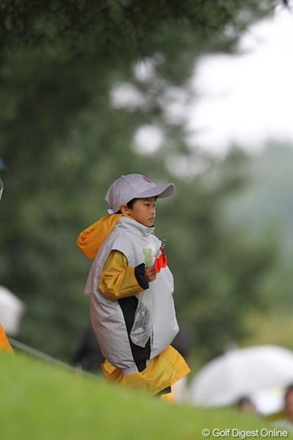 2010年 キヤノンオープン3日目 ボランティアの子供 こ~んなチビッコのボランティアもいた。