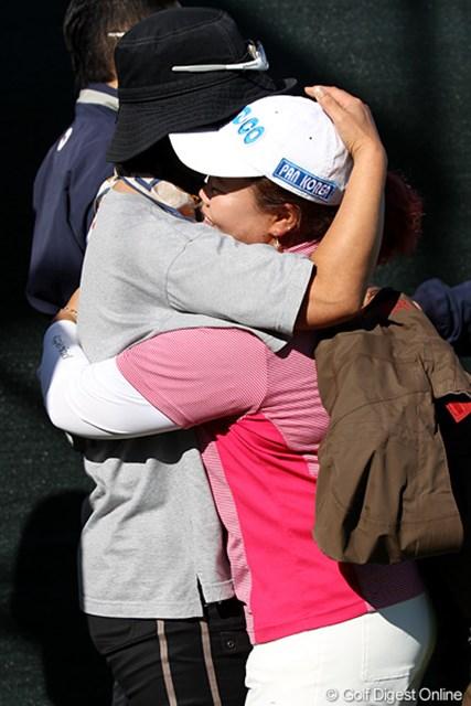 2010年 SANKYOレディースオープン最終日 アン・ソンジュ キム・エースク(マネージャー兼通訳)と泣いて抱き合うアンちゃん。