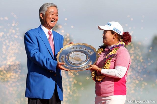 2010年 SANKYOレディースオープン最終日 アン・ソンジュ 突然の花火に驚きを見せるアンちゃんとSANKYOの毒島会長。