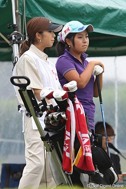 アマチュアの青木瀬令奈(右)と姉の茉里奈さん。9位タイと好調なスタートを切った