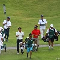 今日も日大の先輩後輩揃ってのラウンド。「昔なぁ、俺が一年の頃はよぉ・・・。」って話してるかどうかは分かりませんが・・・。一番先輩の丸山さんだけが、1打足りず無念の予選落ちでした。 2010年 日本オープンゴルフ選手権競技 2日目 丸山茂樹・松村道央・大田和桂介