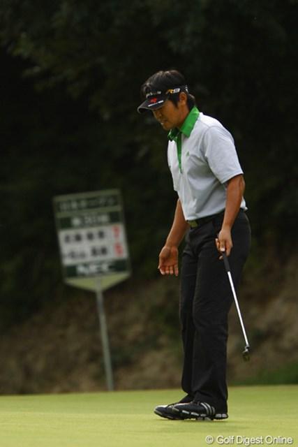 2010年 日本オープンゴルフ選手権競技 3日目 武藤俊憲 12番パー5、5mのイーグルパットは惜しくもカップに蹴られましたが、スコアを3つ伸ばし、首位と1打差の単独2位です。ただ一人、3日間60台でのラウンドです。
