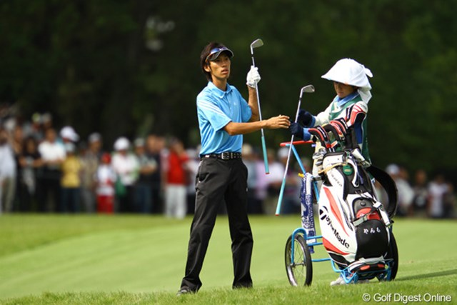 2010年 日本オープンゴルフ選手権競技 3日目 安本大祐 キャディバッグには「やんも」の文字が・・・ニックネームですかね?石川遼と同組で、大ギャラリーの中でも臆する事なくプレーしてました。