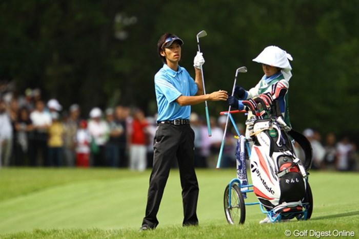 キャディバッグには「やんも」の文字が・・・ニックネームですかね?石川遼と同組で、大ギャラリーの中でも臆する事なくプレーしてました。 2010年 日本オープンゴルフ選手権競技 3日目 安本大祐