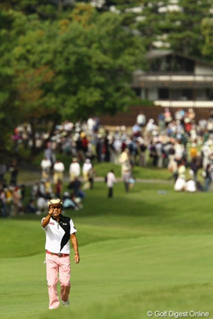 2010年 日本オープンゴルフ選手権競技 3日目 片山晋呉 イチ、ニー、サン、シー、ゴー・・・何故かカメラマンの人数を数えています。「遼より少ねぇじゃんかっ!でも昨日よりは多いか?」