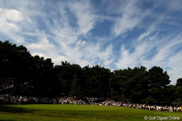 2010年 日本オープンゴルフ選手権競技 3日目 石川遼 4番ホールのグリーン周りは、何故かいつもギャラリーでいっぱいです。観戦しやすいのかな?