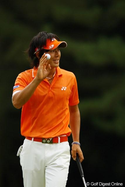 2010年 日本オープンゴルフ選手権競技 3日目 石川遼 クルリとカップを1周して入ったバーディパットに思わず笑みがこぼれます。