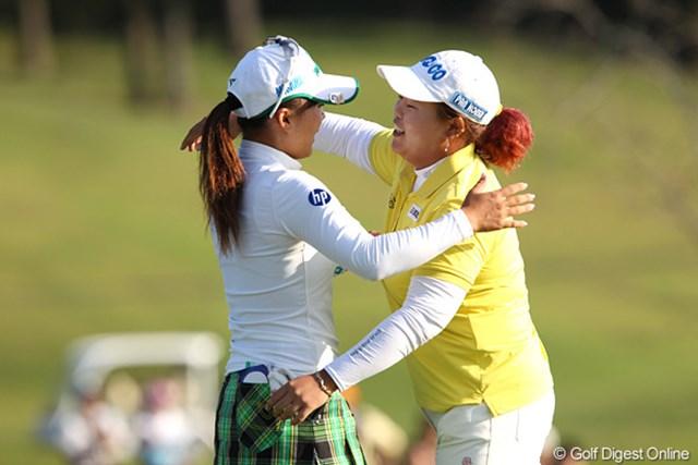 2010年 富士通レディース 2日目 アン・ソンジュ&有村智恵 2日目を終え「ナイスプレイ」と健闘を称え合うアンちゃんと智恵ちゃん。