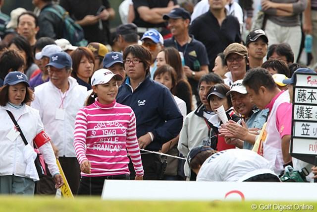 2010年 富士通レディース 2日目 横峯さくら ギャラリーに囲まれながら笑顔で1番ティに向かうさくらちゃん。