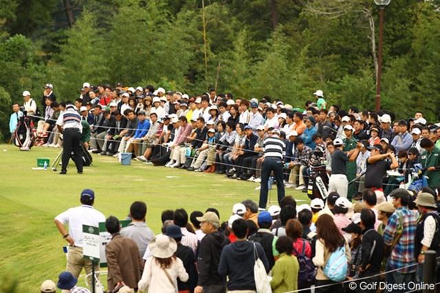 2010年 日本オープンゴルフ選手権競技 最終日 ドライビングレンジ 練習場にも朝早くからギャラリーが押し寄せます。