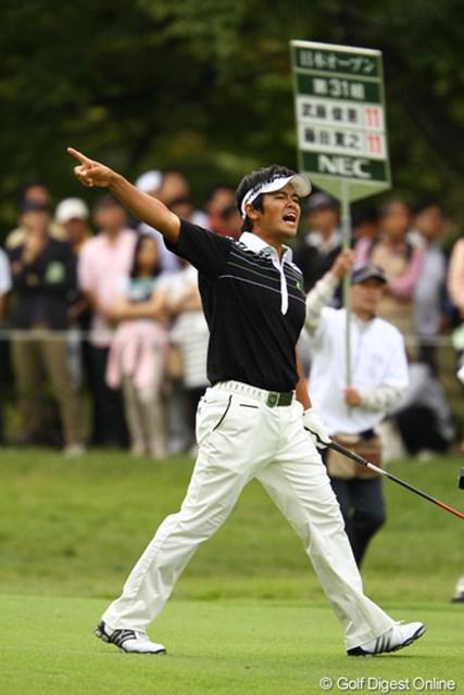 2010年 日本オープンゴルフ選手権競技 最終日 武藤俊憲 「ファ~~~~~ッ!!!」9番セカンドショット、大きく右に曲がって、あわやOB・・・か。木に当たってラフまで戻って来ました。今週は何度か木に助けられましたね。