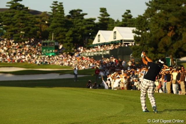 2010年 日本オープンゴルフ選手権競技 最終日 藤田寛之 ギャラリーが取り囲む18番グリーンへのセカンドショット。
