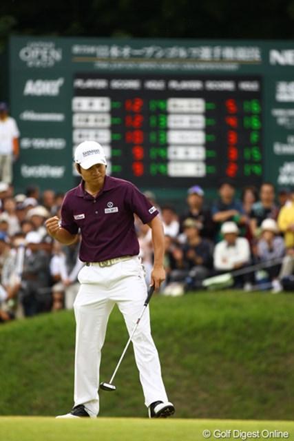 2010年 日本オープンゴルフ選手権競技 最終日 キム・キョンテ 15番バーディ奪取でガッツポーズ!試合を決める1打でした。最終日に7バーディノーボギーでは、誰も追いつけません。64はコースレコードです。