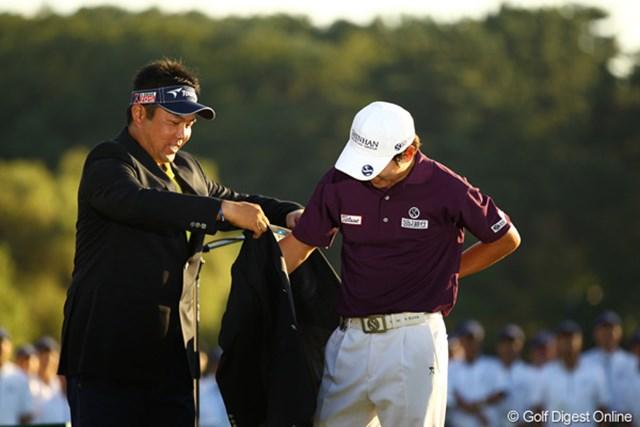 2010年 日本オープンゴルフ選手権競技 最終日 小田龍一とキム・キョンテ ディフェンディングチャンピオン小田龍一が、チャンピオンブレザーをキム・キョンテに進呈です。来年の日本オープンは、千葉県・鷹之台CCです。