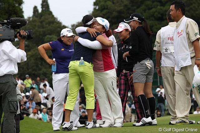 2010年 富士通レディース 最終日 アン・ソンジュ 優勝を決め祝福しあう仲間たち。