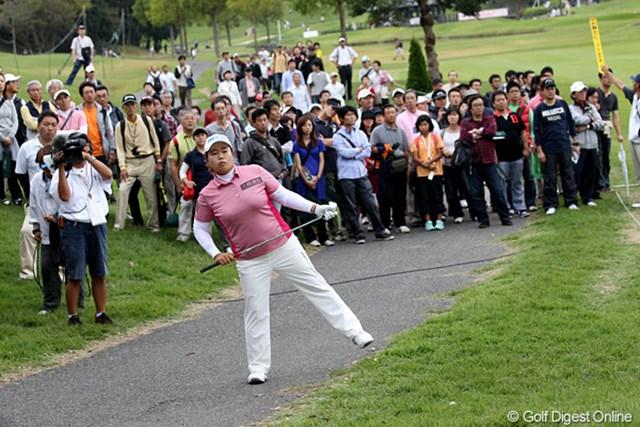 2010年 富士通レディース 最終日 アン・ソンジュ 15番でティショットを右に曲げてしまい打つ方向を確認するアンちゃん。