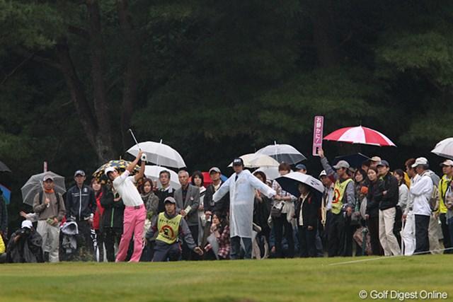 雨にも負けずたくさんのギャラリーが応援してくれてるよ。「遼く~ん頑張って~。」