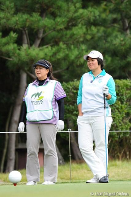 2010年 マスターズGCレディース 初日 川岸史果、喜多麻子 あれっ!ハウスキャディさんかなと思ったら、良兼婦人の喜多麻子プロやないの!20年ぶりぐらいで拝見しましたワ。
