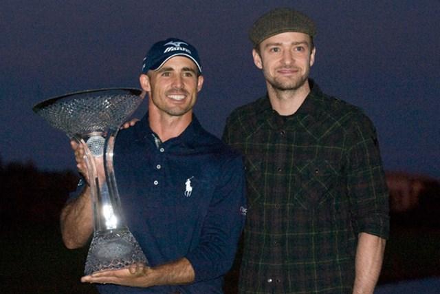 通算21アンダー、プレーオフを制し優勝したJ.バード(左)、大会主催者のJ.ティンバーレイク(右)(Steve Dykes/Getty Images)