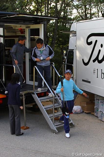あれ?他社メーカーのバスから出てくる池田勇太。この日は3社めぐって数本のクラブを持ち帰った
