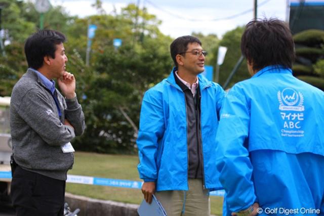 2010年 マイナビABCチャンピオンシップゴルフトーナメント 事前 グリーン計測 JGTOの小山氏(左)などがグリーン上のスピード計測を解説してくれた