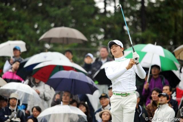 2010年 マイナビABCチャンピオンシップゴルフトーナメント 初日 石川遼 寒い寒い雨の平日にもかかわらず、熱心な遼君ファンが本日も大勢駆け付けてくれはりました。その熱心さには頭が下がりますワ。11位T
