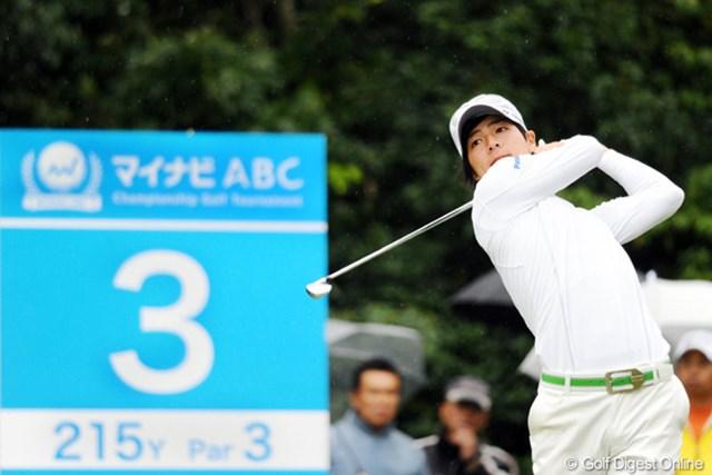 2010年 マイナビABCチャンピオンシップゴルフトーナメント 初日 石川遼 ムチャクッチャ寒かったのに、途中からショットの時はセーターを脱いでました。若いって素晴らしい!