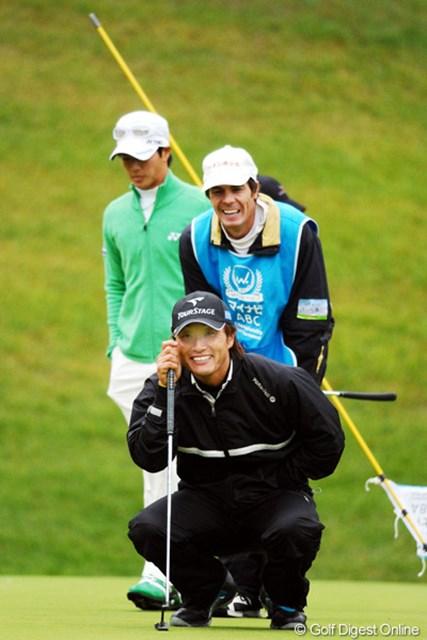 2010年 マイナビABCチャンピオンシップゴルフトーナメント 初日 宮本勝昌 遼君を後ろに従えて、キャディともども大笑い!正面にめっちゃくちゃセクシーな女性でもおったんやろか!24位T