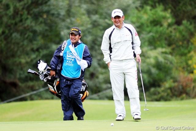 2010年 マイナビABCチャンピオンシップゴルフトーナメント 初日 高橋竜彦・キャディ おいおい!そこの小太りのキャディは月刊ゴルフ雑誌編集部のS君やないか!仕事ほったらかしてなにしてるんや!え?これも仕事ってか。えらいスンマヘン。
