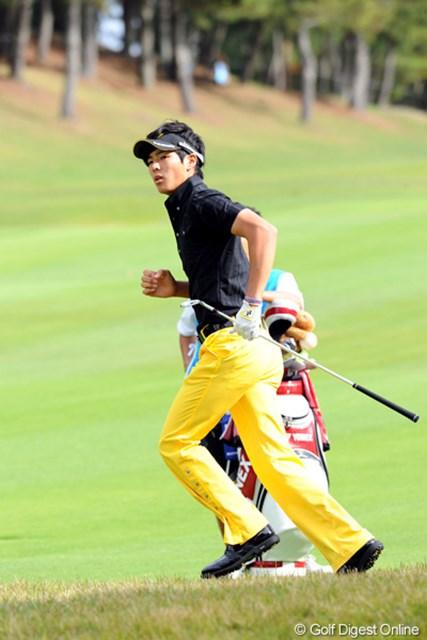 2010年 マイナビABCチャンピオンシップゴルフトーナメント 2日目 石川遼 遼君が急に走り出しても、しっかりレンズで追いかけまっせ~!片時もファインダーから目が離せません・・・。