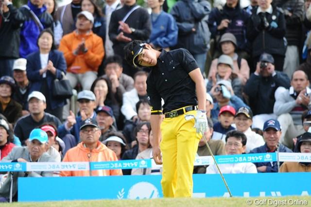 2010年 マイナビABCチャンピオンシップゴルフトーナメント 2日目 石川遼 ショットが決まらず、ガックリの遼君。そやけど、こんなにガックリする遼君も珍しいなァ。よっぽどやったんやねェ・・・。