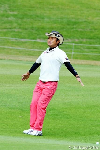 2010年 マイナビABCチャンピオンシップゴルフトーナメント 2日目 片山晋呉 シンゴちゃん、そのペンギンさんのポーズは何事でっか?実は前のグリーンにいるジャンボさんに対するご愛嬌でした。58位T