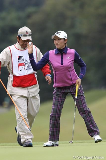 2010年 樋口久子IDC大塚家具レディス 初日 飯島茜 3アンダー、3位タイ、ハーフターンでワンちゃんと散歩したそうです。