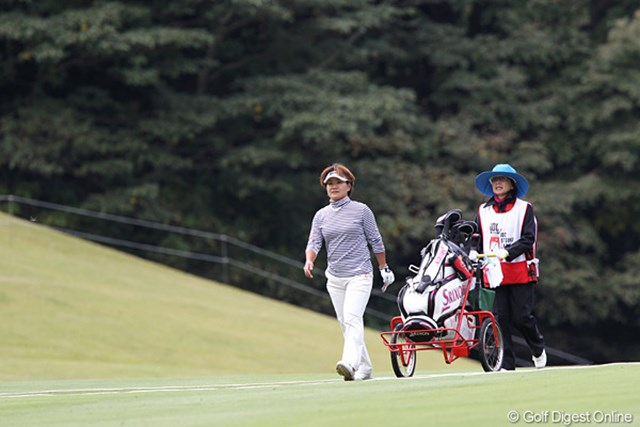 2010年 樋口久子IDC大塚家具レディス 初日 西塚美希世 12番パー3で見事ホールインワン、歩く足取りも軽そうです。