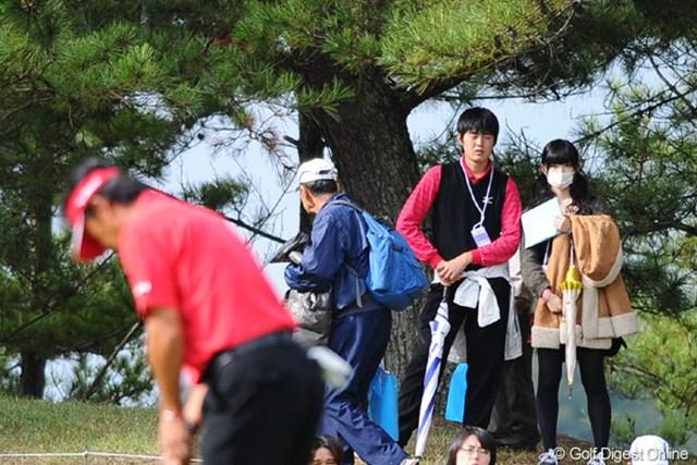 2010年 マイナビABCチャンピオンシップゴルフトーナメント 最終日 鈴木亨親子 ん?亨ちゃんのプレーを熱心に見つめる4つの瞳。一人は息子さんで、その横のマスクの少女は、もしかして・・・。