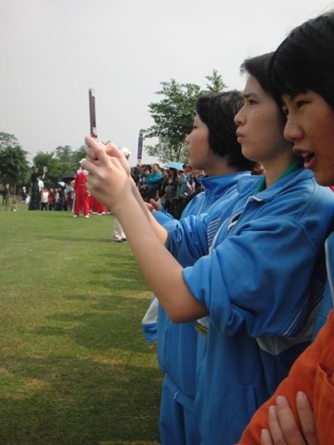 携帯で写真を撮りまくる観客達