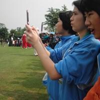 携帯で写真を撮りまくる観客達 2010年 ミッションヒルズ スタートロフィー 最終日 観客達